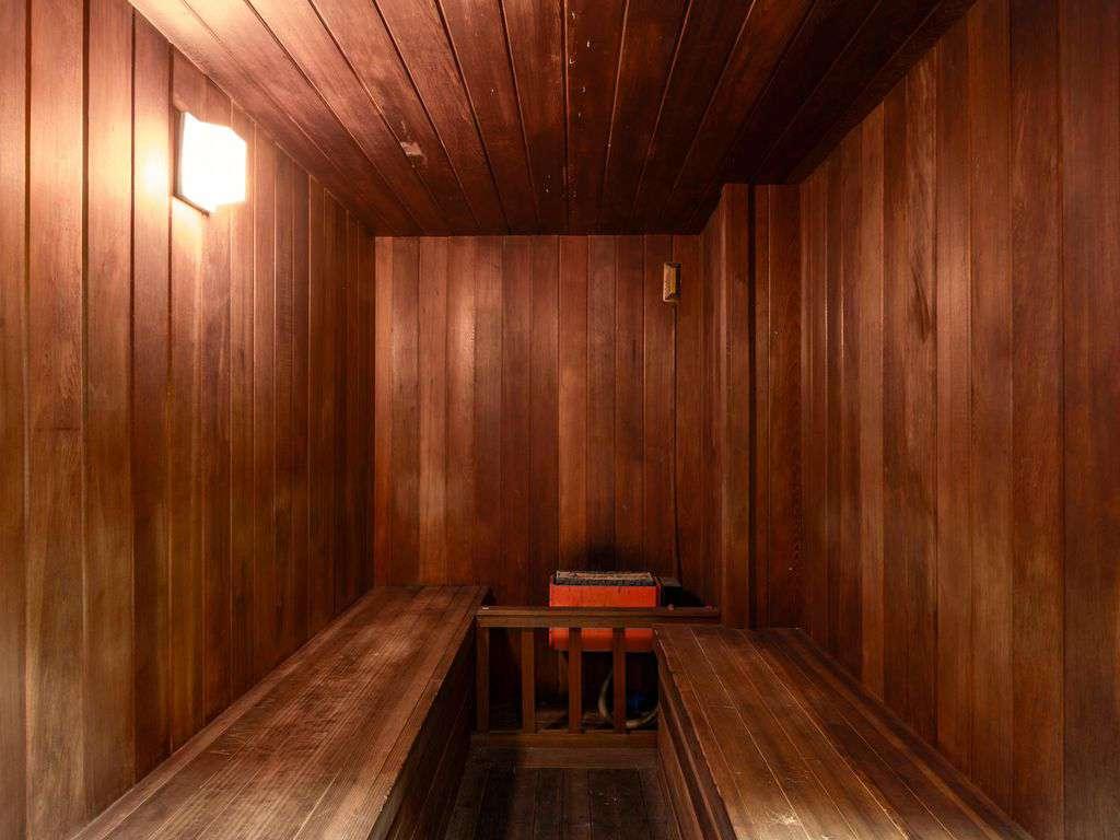 Sauna and hot tub located in Basement
