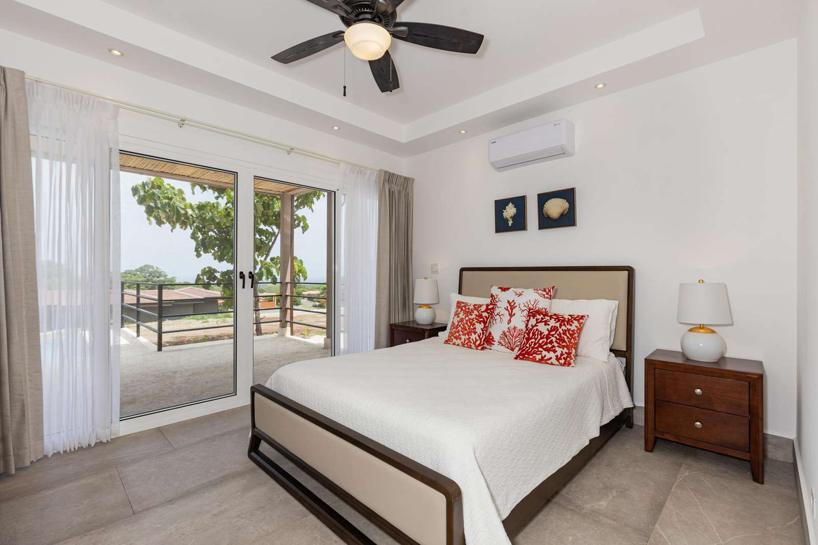 Master bedroom, Queen bed, private bathroom