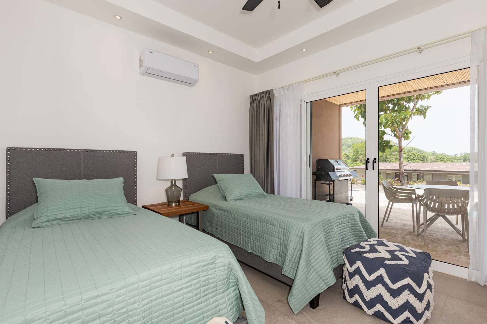 Guest bedroom, 2 twin beds, access to pool and terrace area