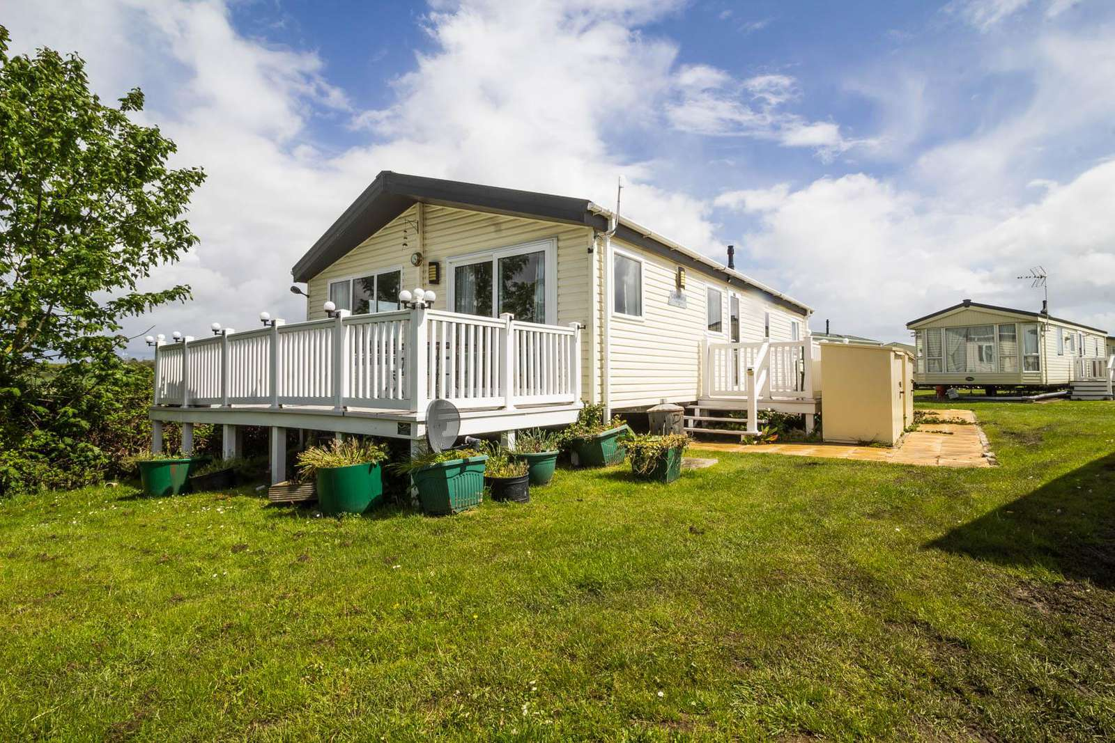 28019FV – Field View area, 2 bed, 7 berth lodge with decking. Platinum-Deluxe rated. - property