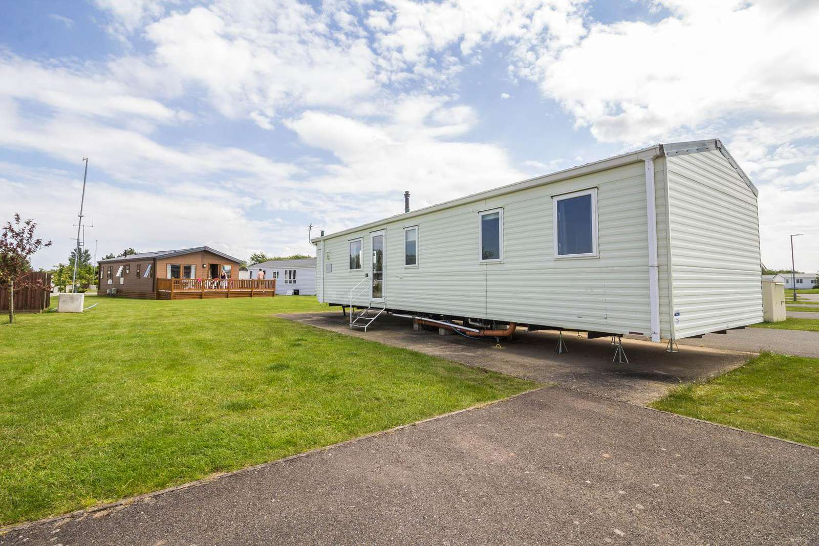 33042S – Sunset area, 3 bed, 8 berth with a pond view, D/G & C/H. Ruby rated. - property