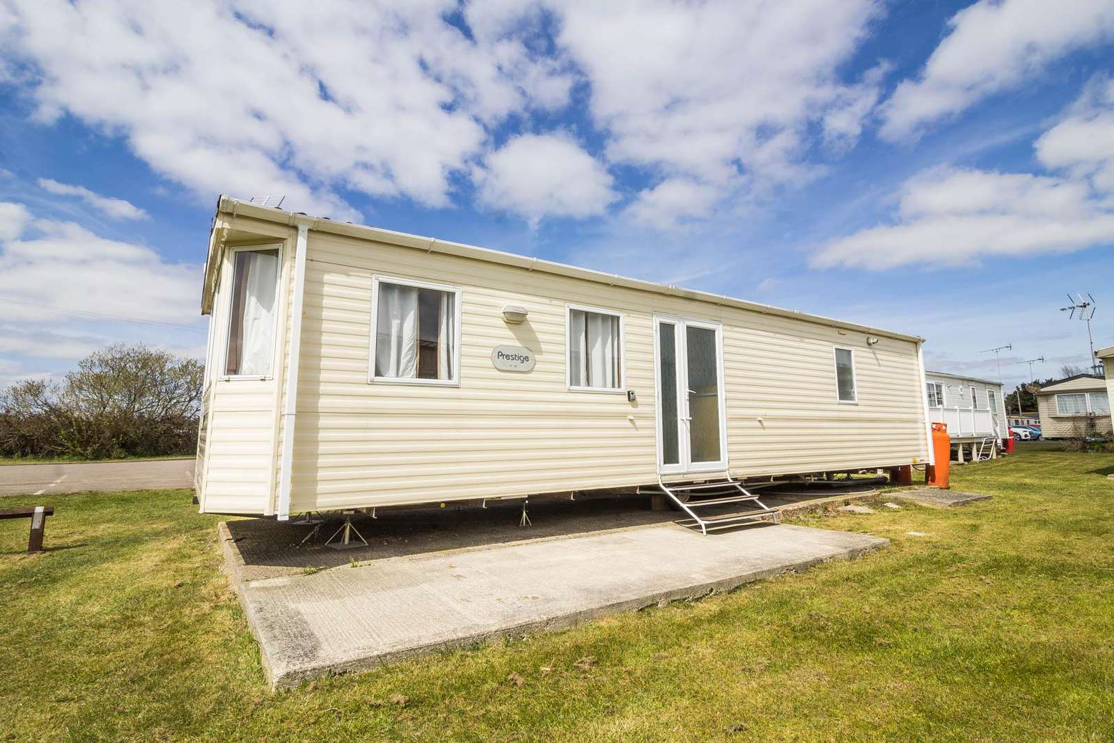28099GC – Gainsborough Close area, 2 bed, 6 berth caravan with free WiFi. Emerald rated. - property