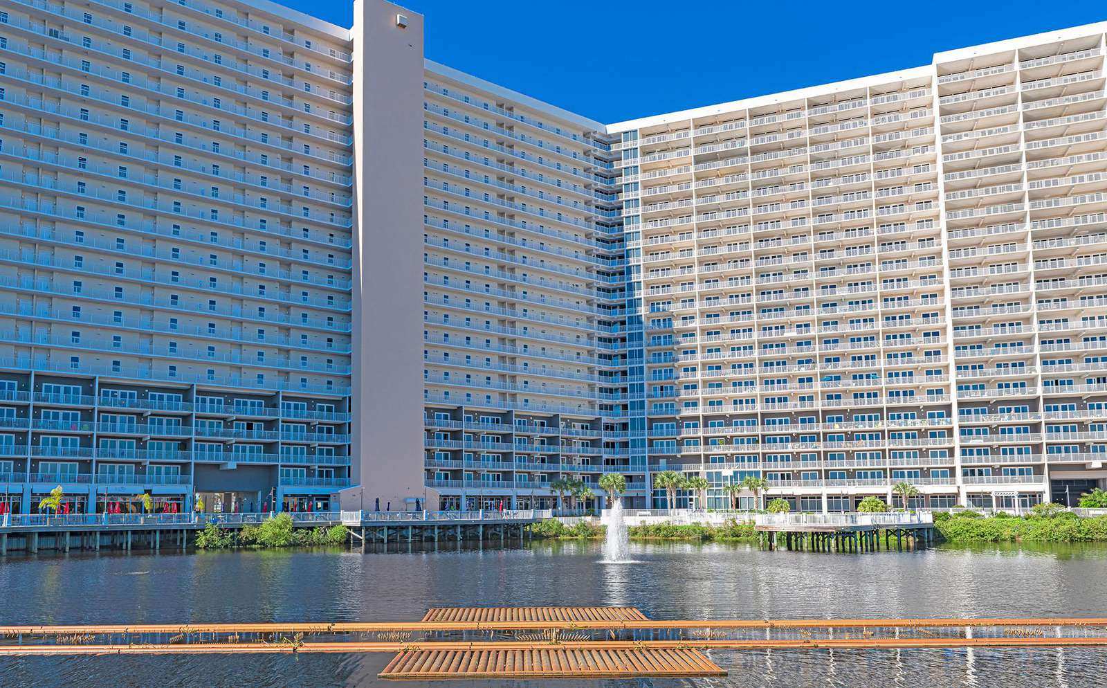 Laketown Wharf boasts 5 pools, exercise facility and more!