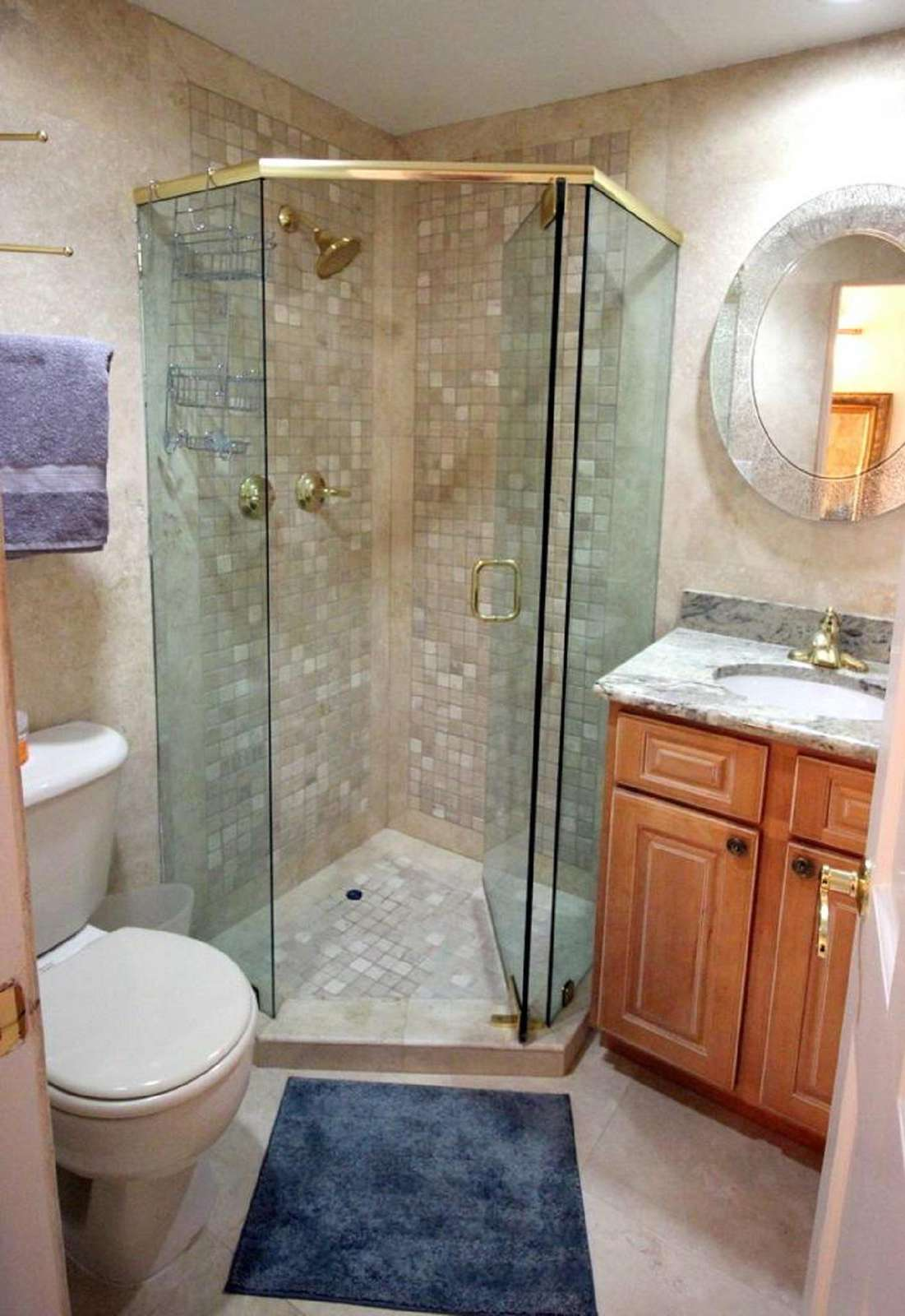 Full Bathroom in Hallway