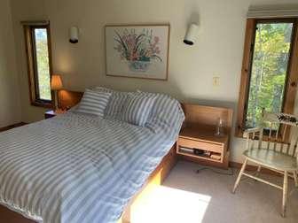 Master bedroom - queen bed thumb