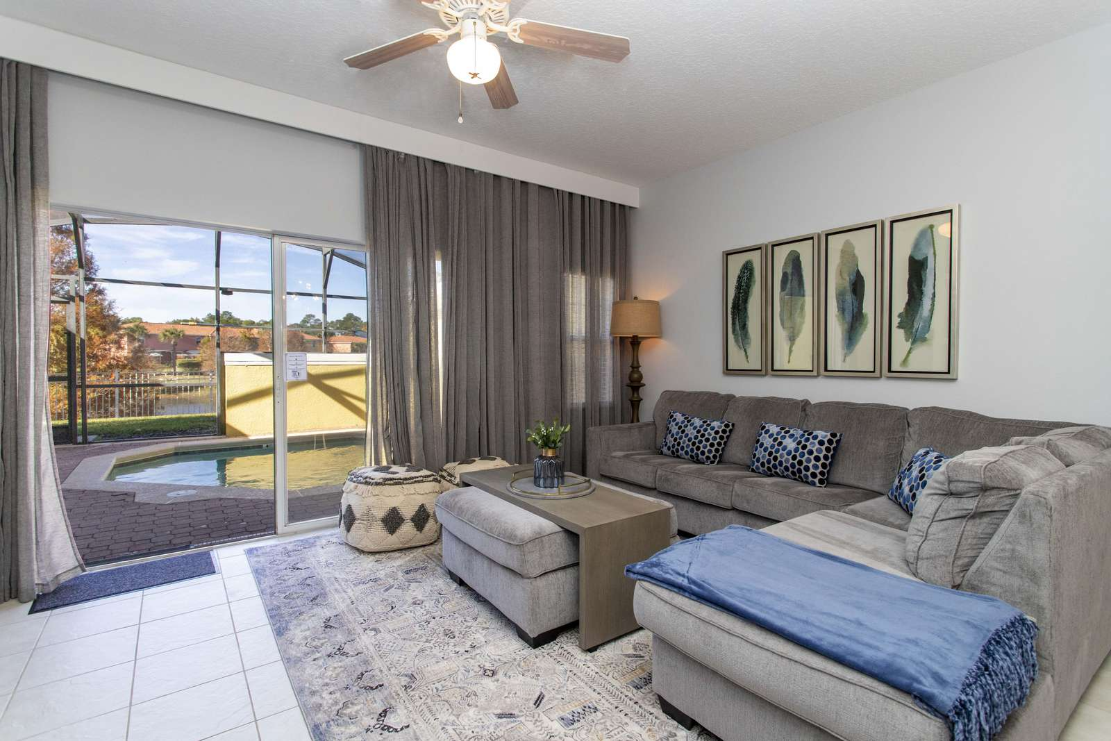 Living Room with Pool & Lake View - property