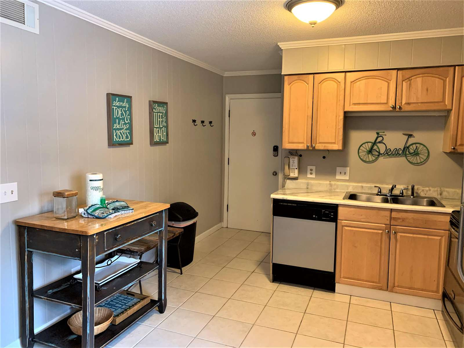 Kitchen with Movable Island