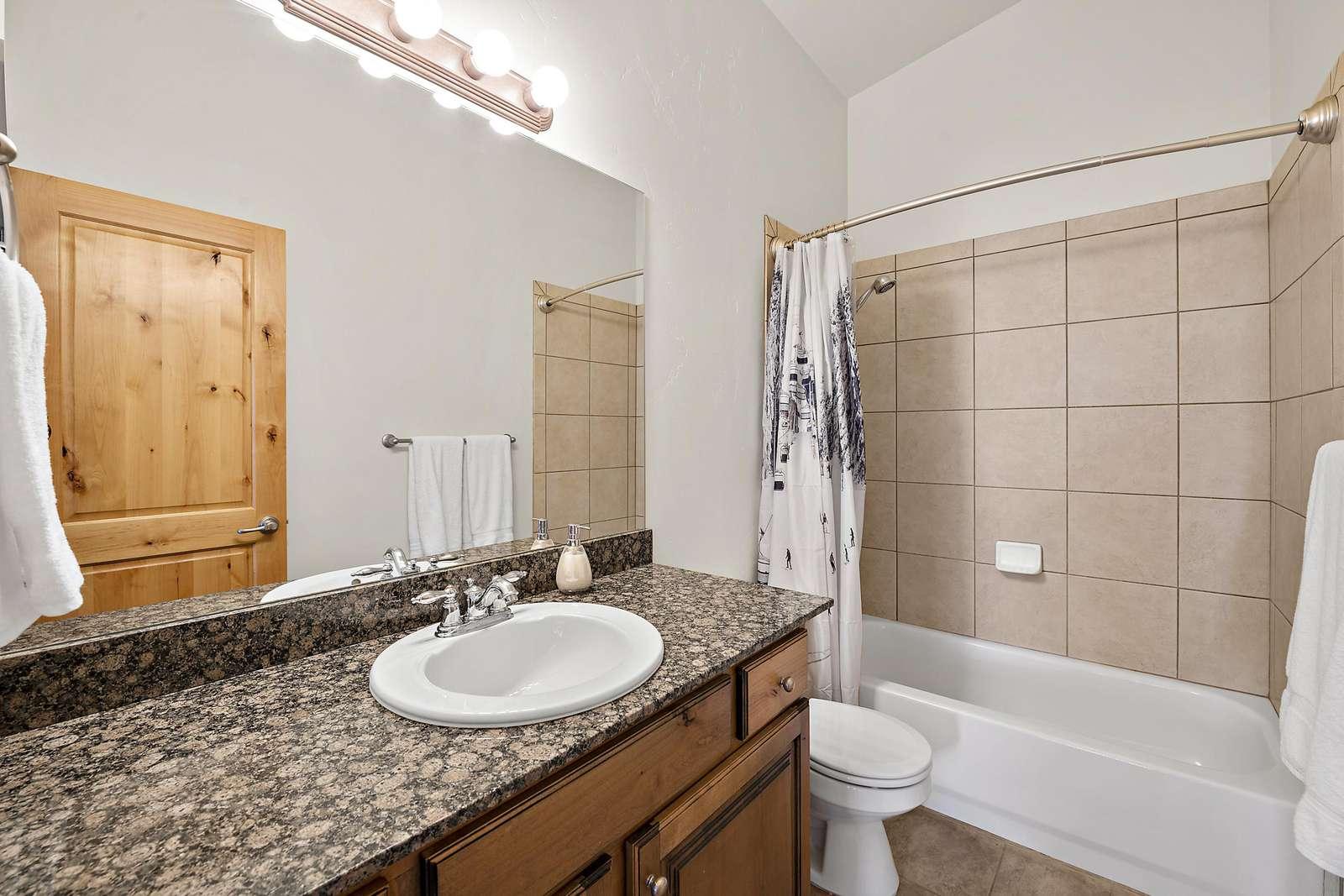 Additional guest bathroom with a tub/shower