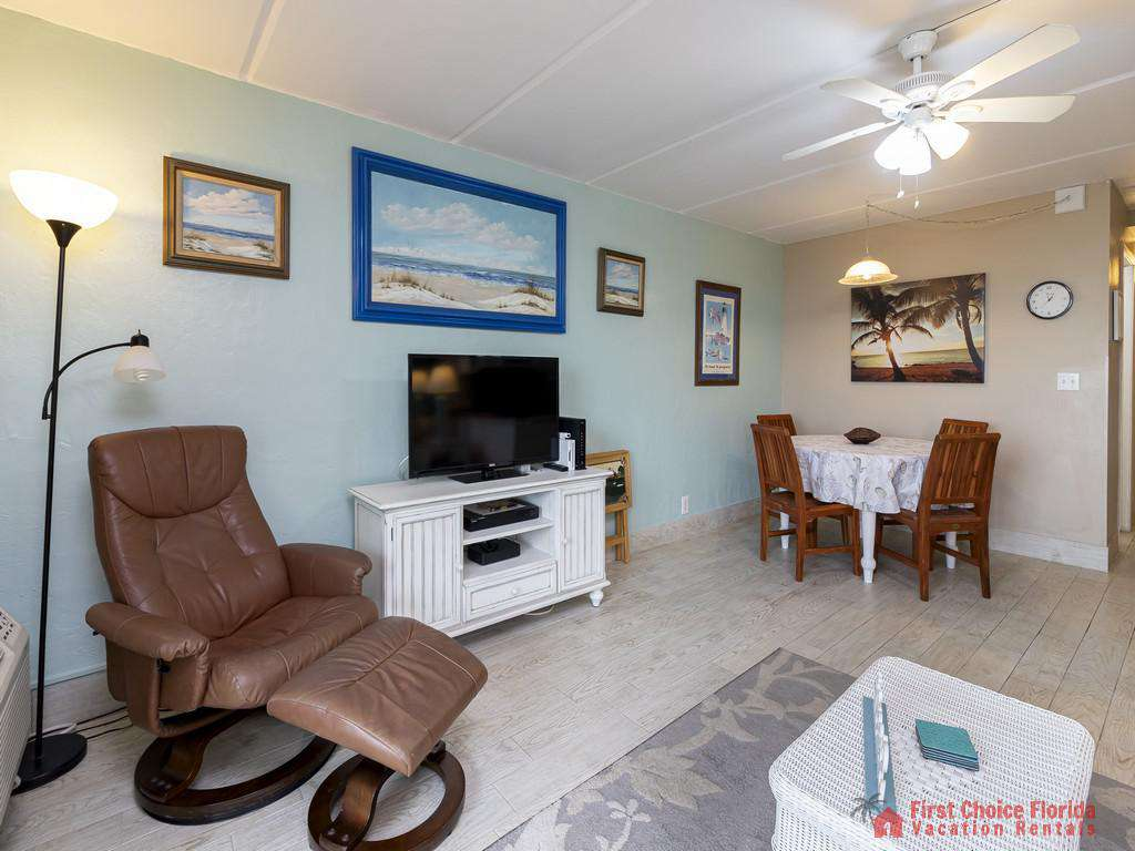 Beachers Lodge 120 - Living Room / Dining Area