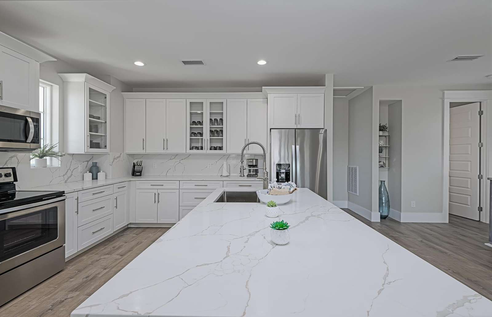 Stocked kitchen for your basic needs!