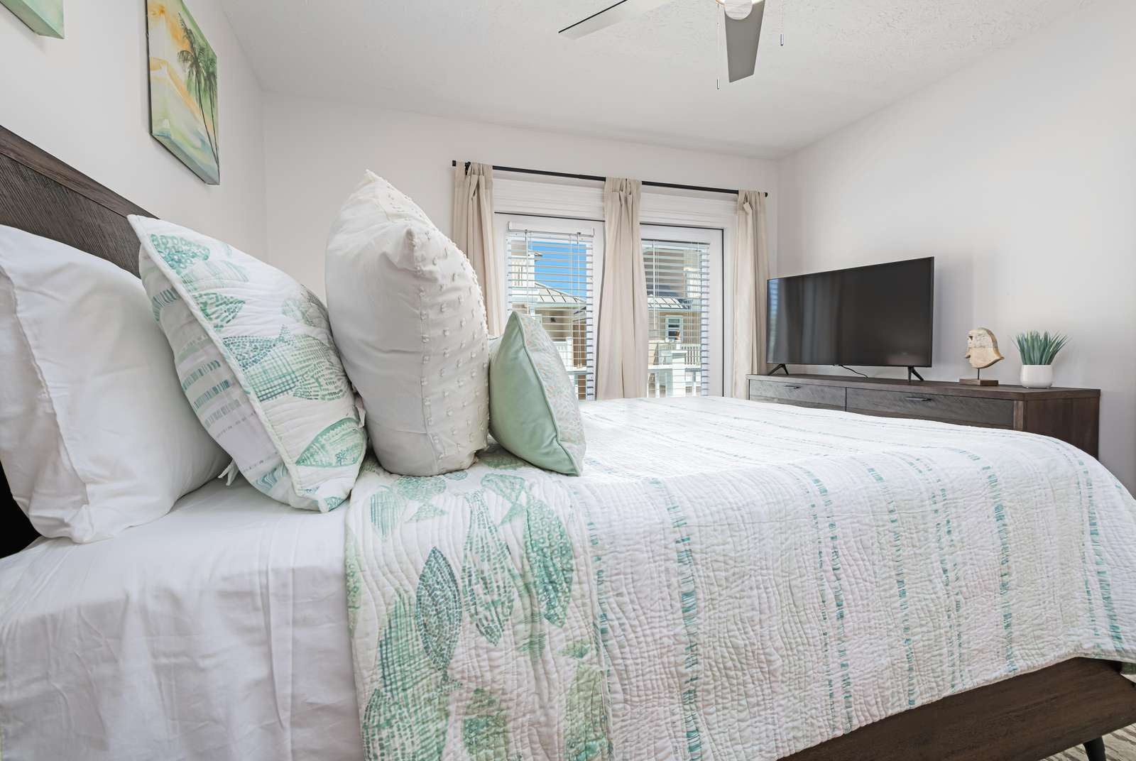 Both guest bedrooms have queen beds and balcony access!