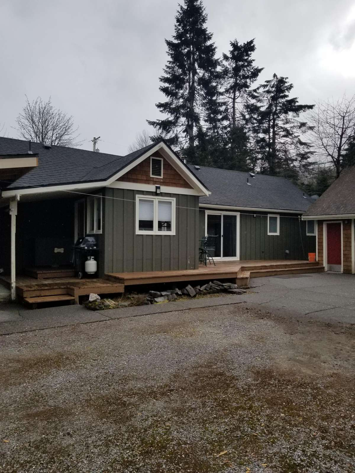 The Midtown Cabin (Driveway, parking for 4 cars)