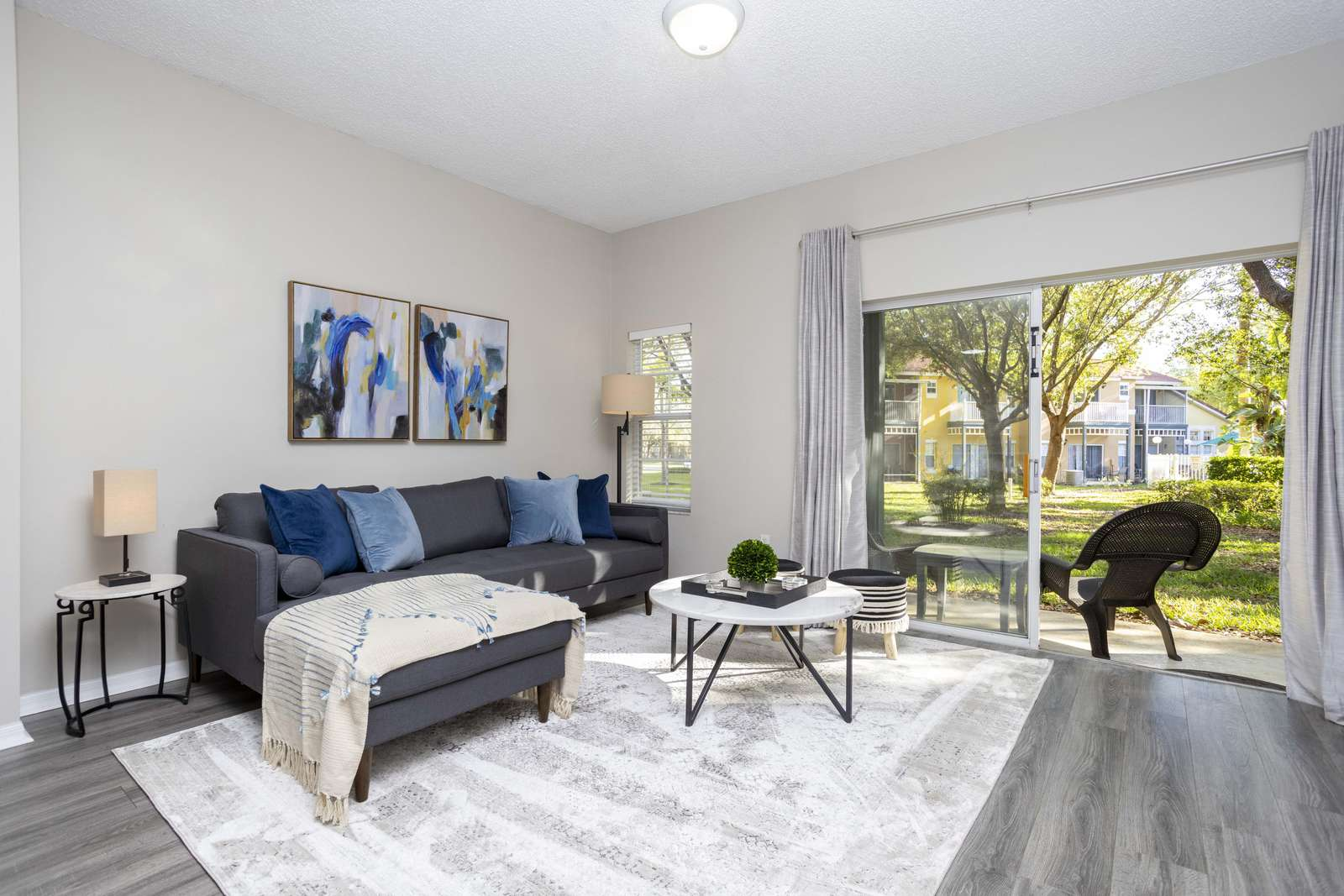 Living room with garden view - property