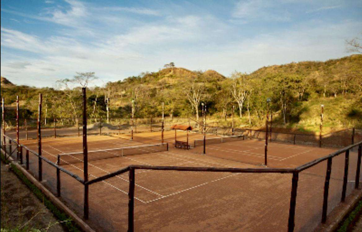 Clay tennis courts at Mar Vista