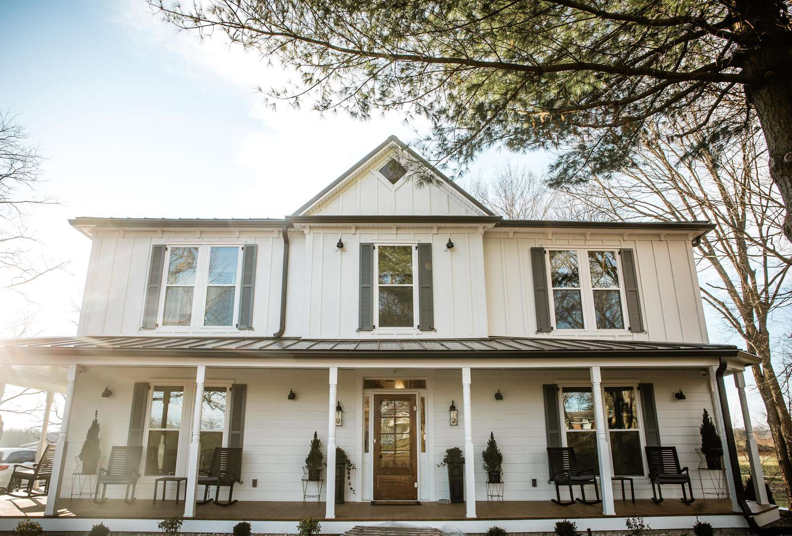 The Homestead at Dant Crossing is a 5-bedroom historic farmhouse with views of our 12-acre lake. This beautiful Bed & Breakfast is within walking distance of all campus amenities. - property