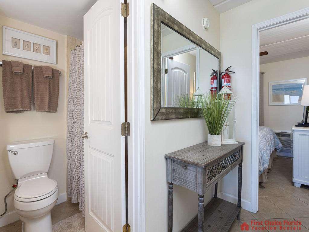 Beachers 232 - Foyer and Bathroom