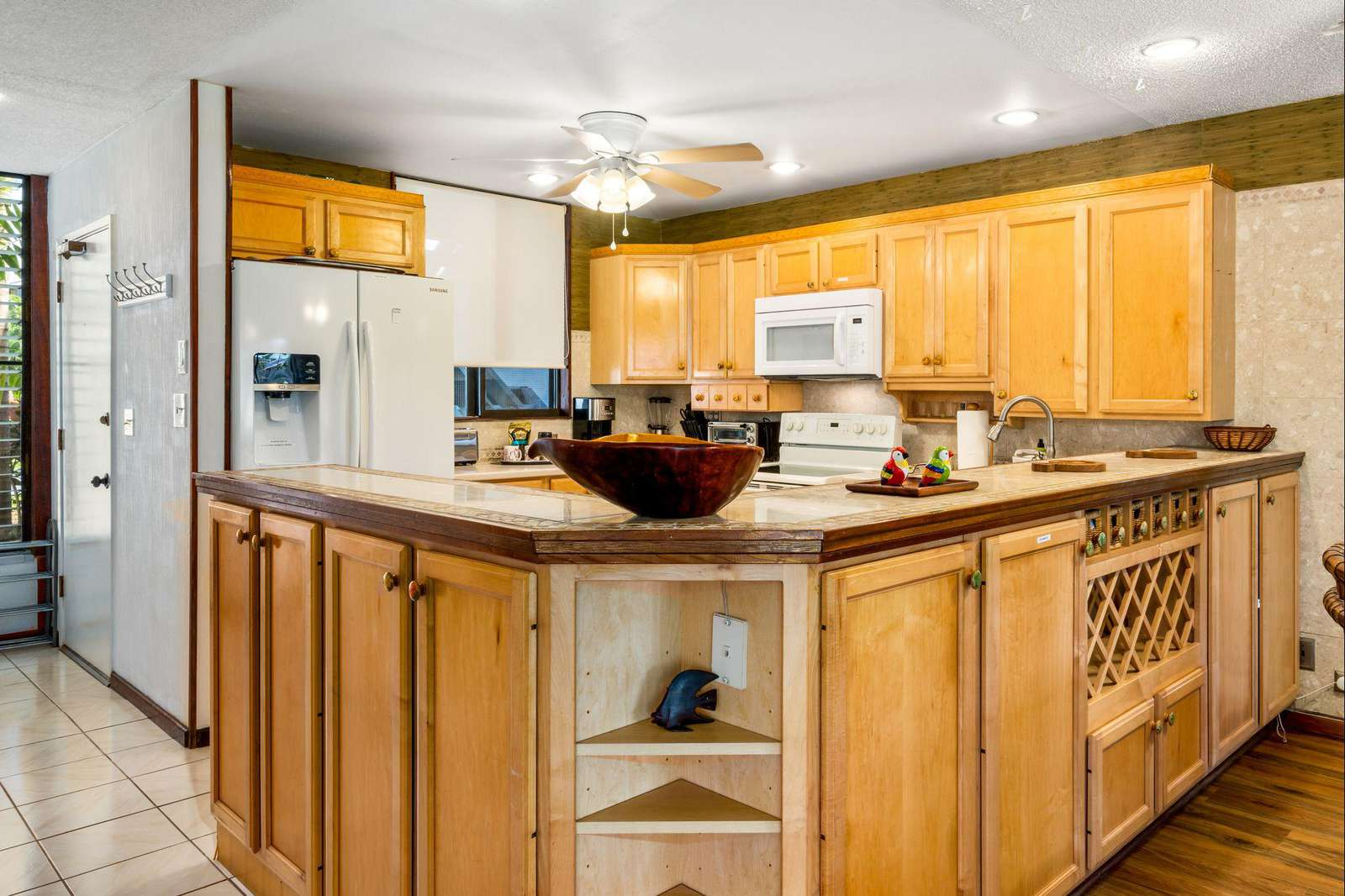 Large kitchen with lots of cabinets!
