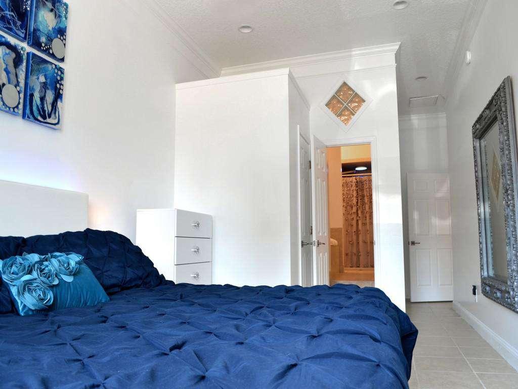 Purple Pelican - Master Bed and En 'suite Bath