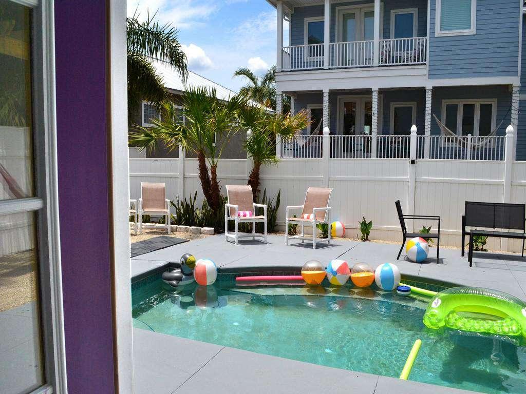 Purple Pelican - Swimming Pool