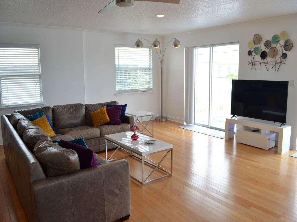Purple Pelican - Living Room with TV