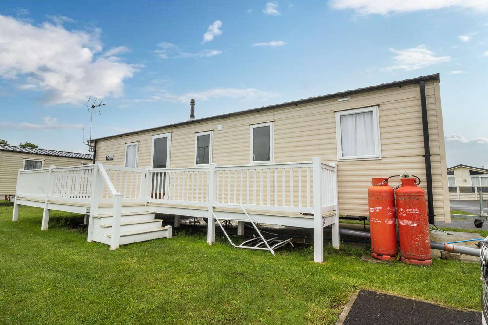 27471S – Seawick, 3 bed, 8 berth caravan with decking, D/G & C/H. Diamond rated. - property