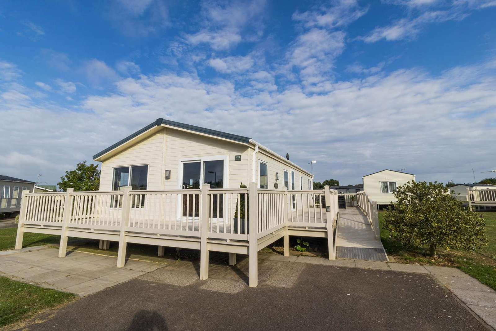 23173K – Kensington area, 2 bed, 4 berth lodge with decking. Platinum-Deluxe rated. - property