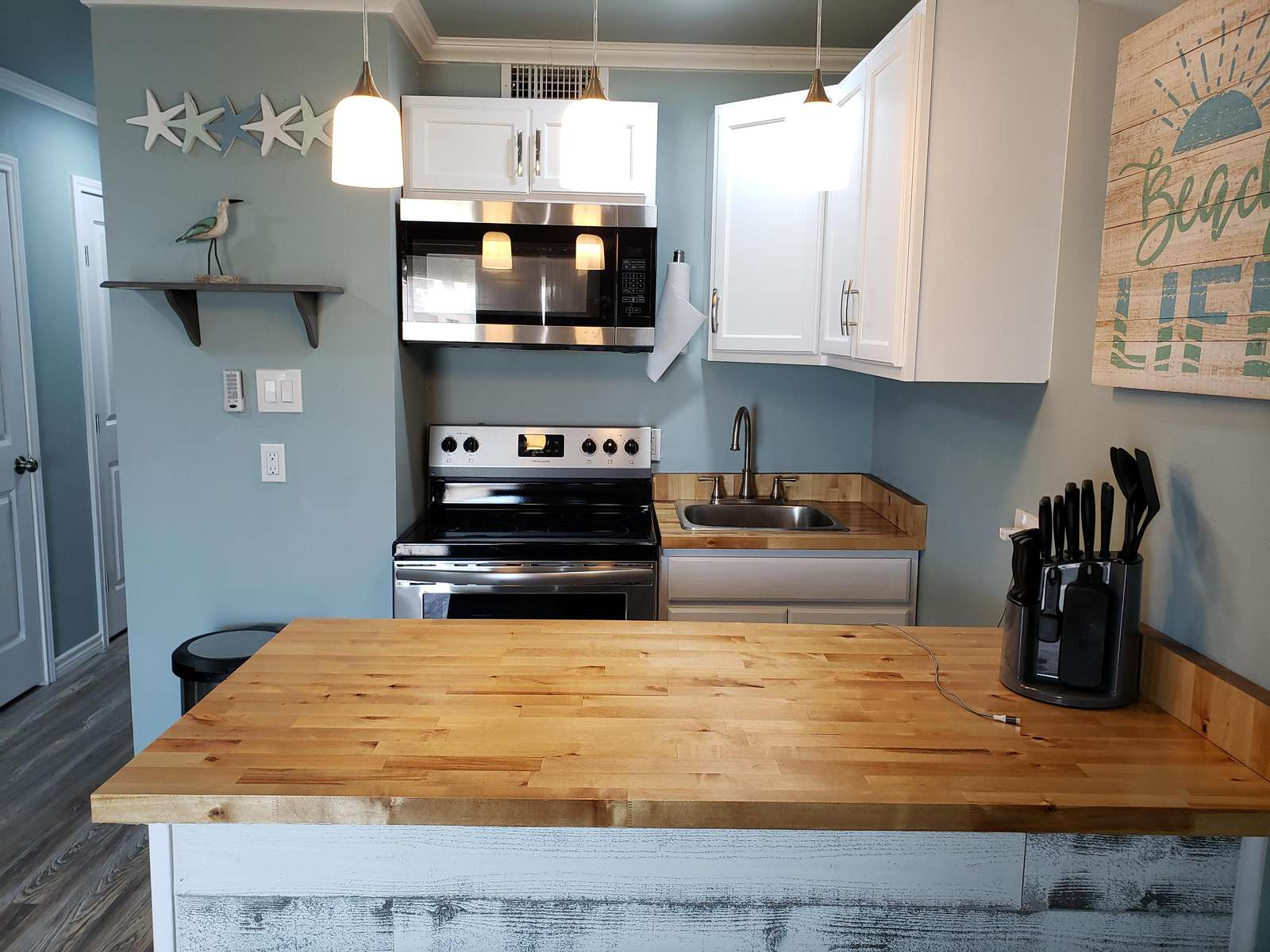 tastefully decorated complete with a little kitchen with full sized appliances allowing you to create a home cooked meal while traveling