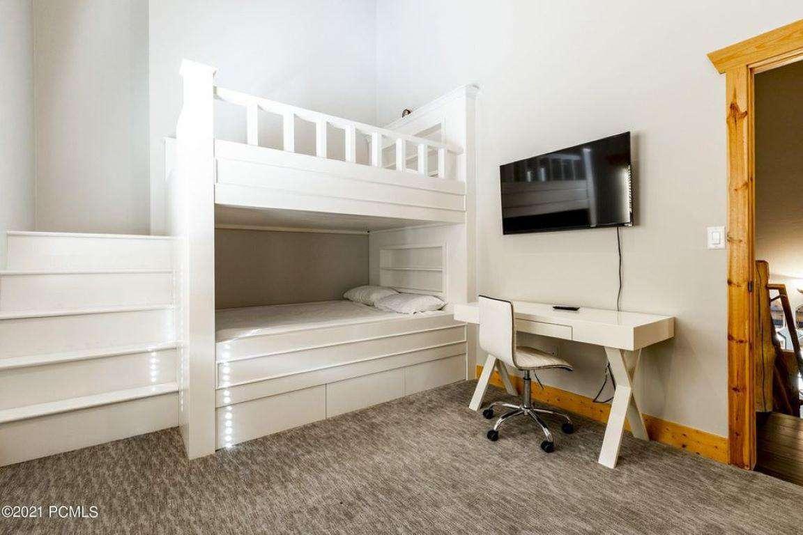 Queen Bunk Bedroom w/TV