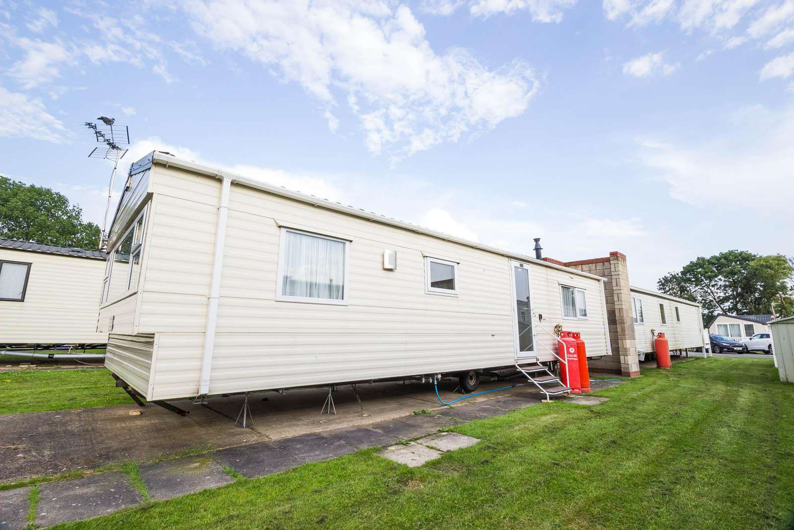 17031P – Poplars Way area, 2 bed, 6 berth caravan with D/G & C/H. Ruby rated. - property