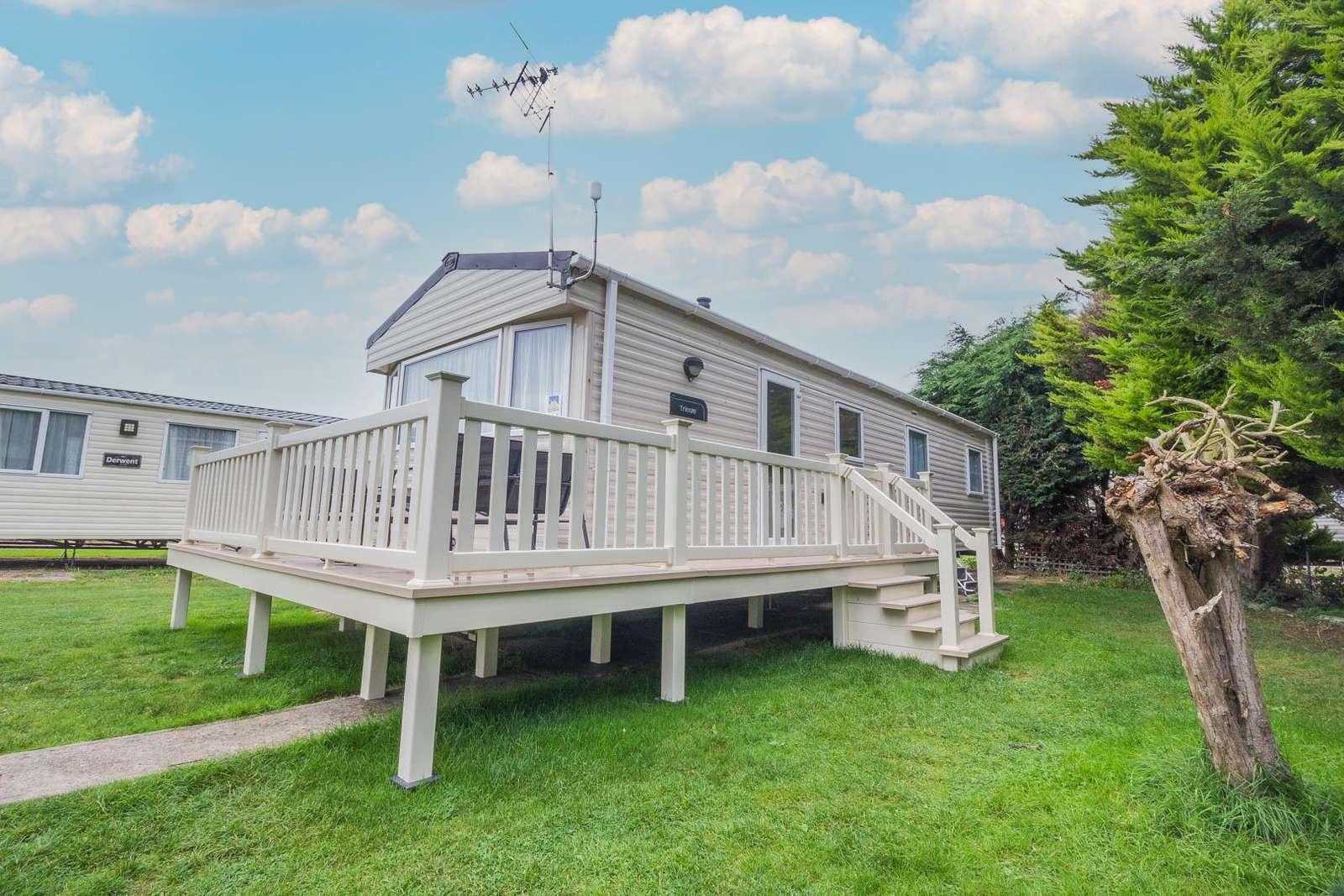 27028R – Seawick, 3 bed, 8 berth caravan with decking & free WiFi. Diamond rated. - property