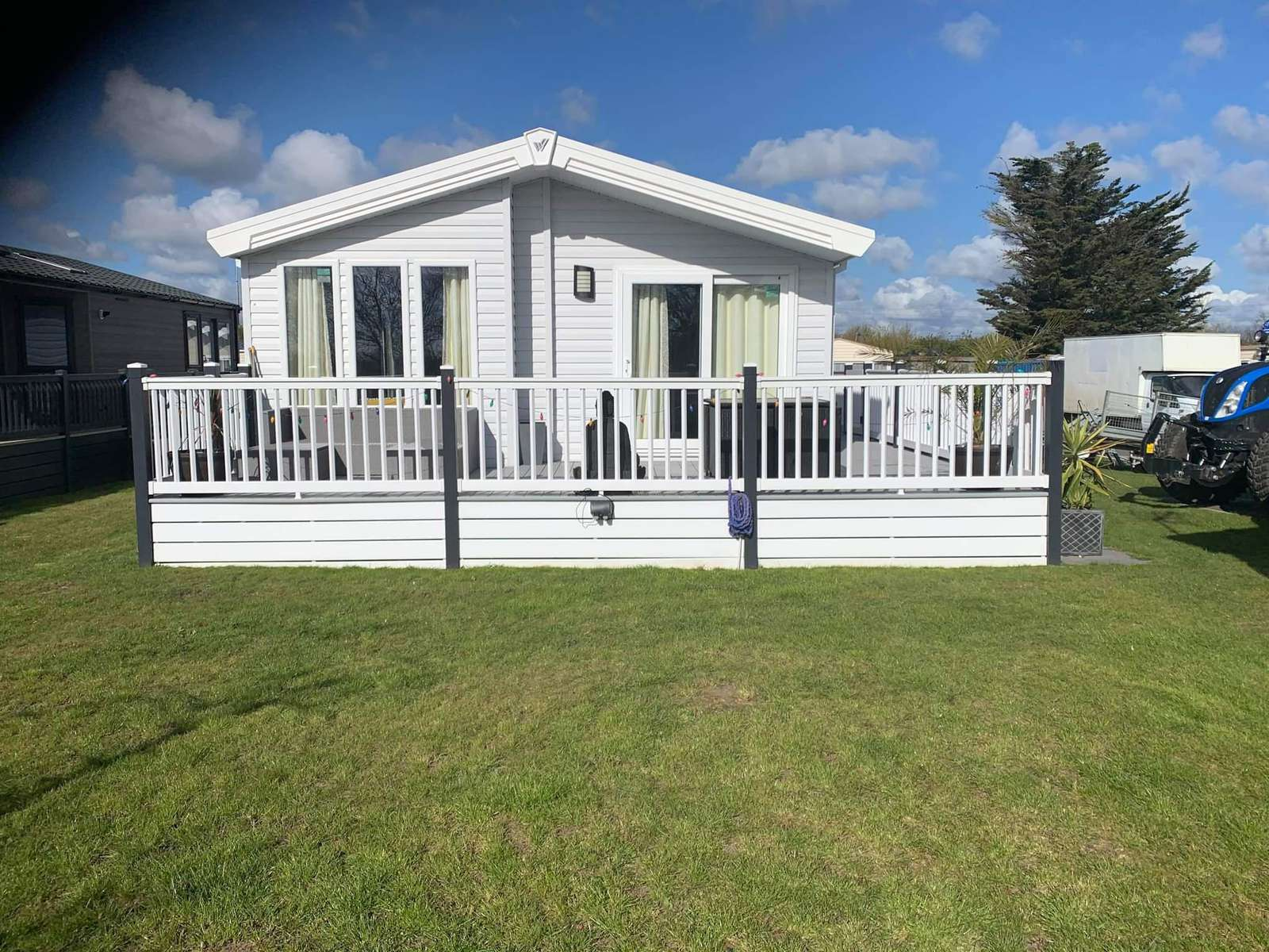 39002JW – Jasmine Way, 2 bed, 4 berth lodge with WiFi, lake view and decking. Platinum-Deluxe rated. - property
