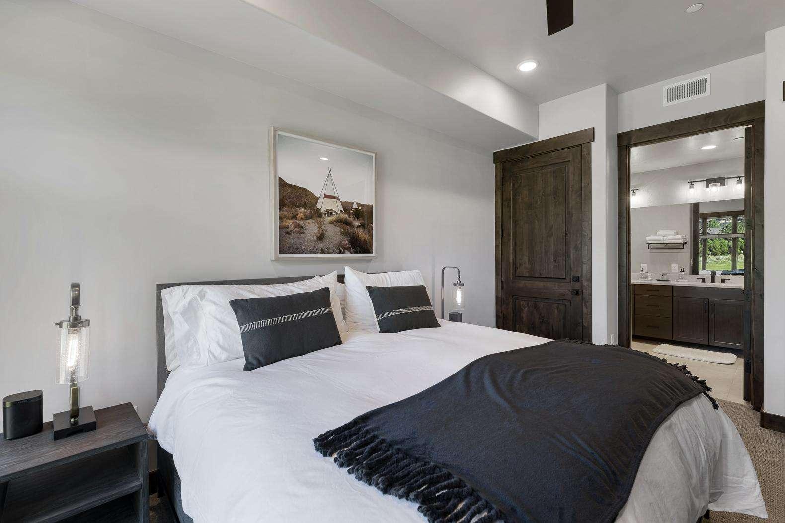 Master Bedroom w/En-suite Bathroom