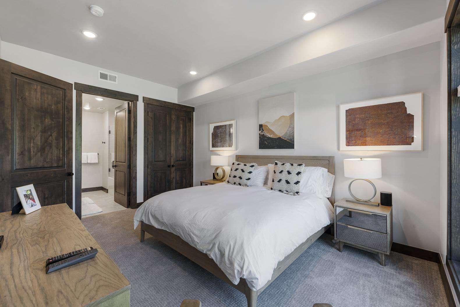 Guest Bedroom w/En-Suite Bathroom