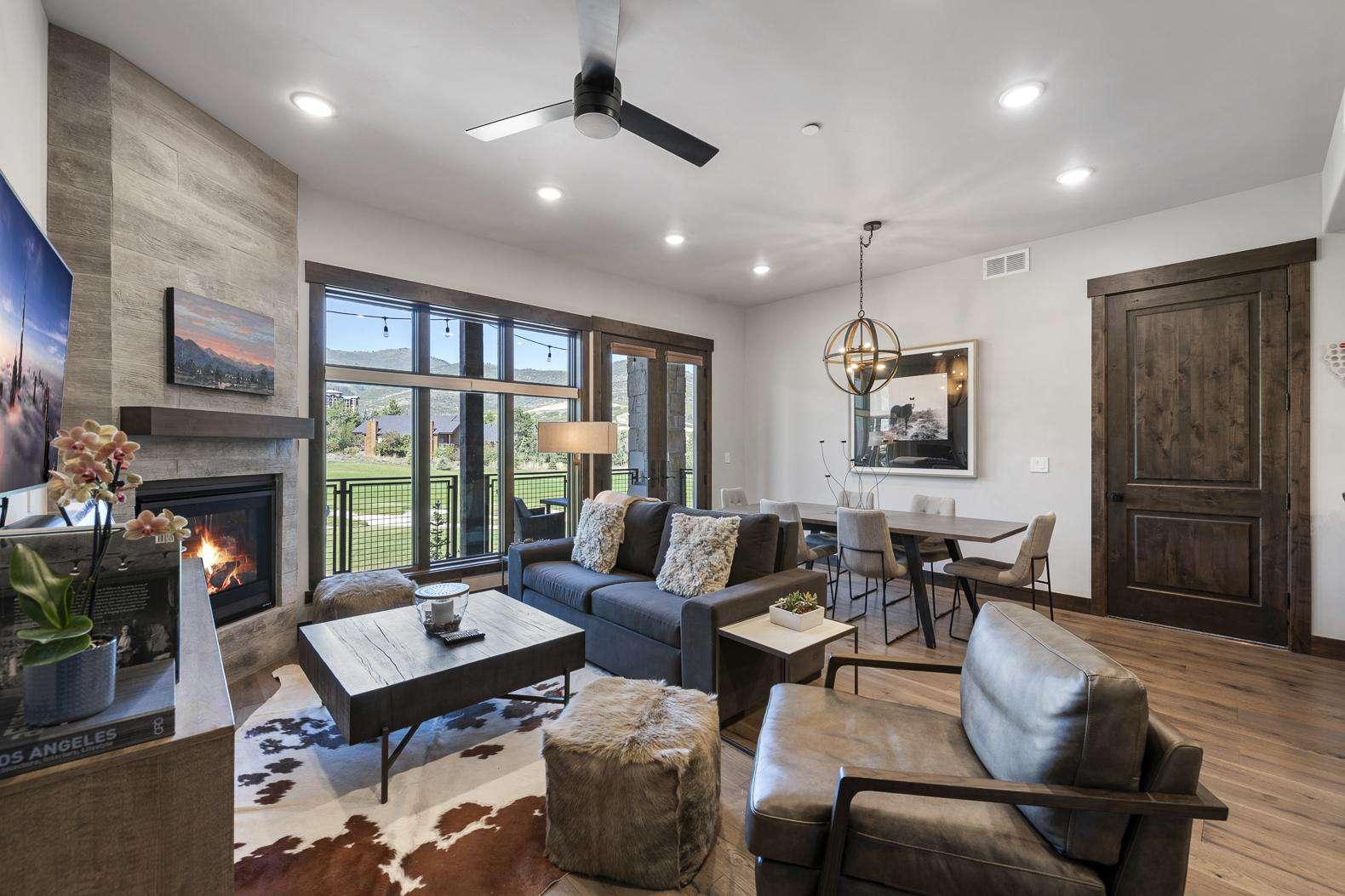 Spacious Living Room W/Sofa Bed