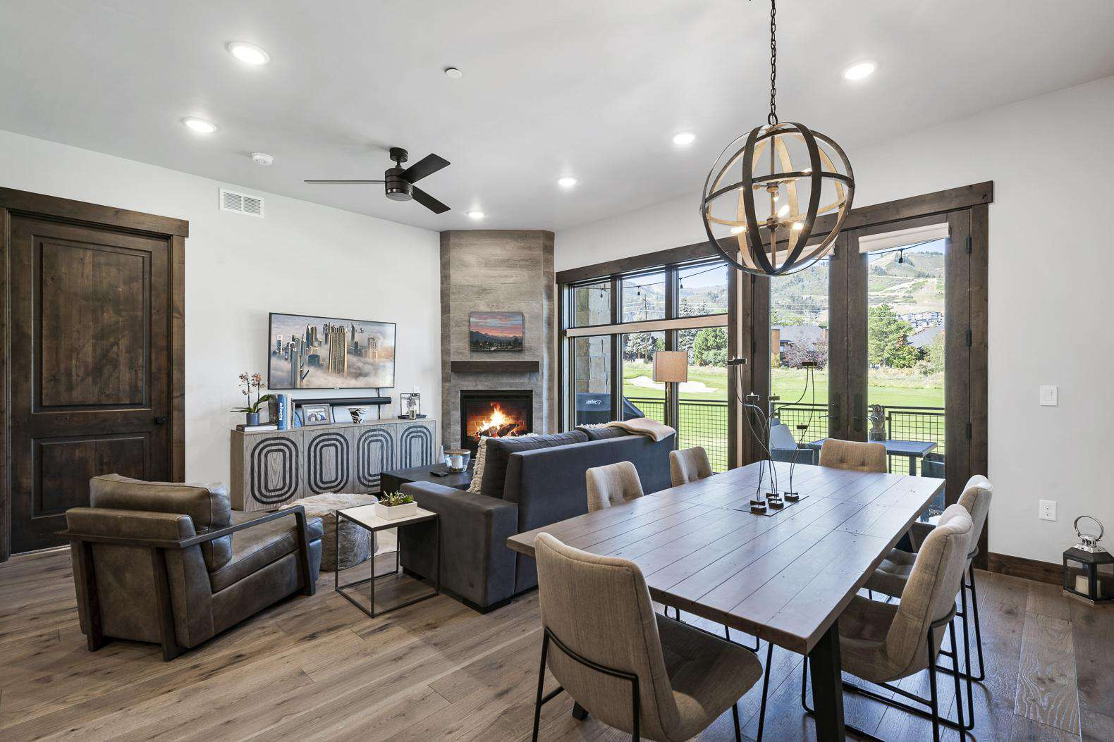 Living Room W/Dining Table